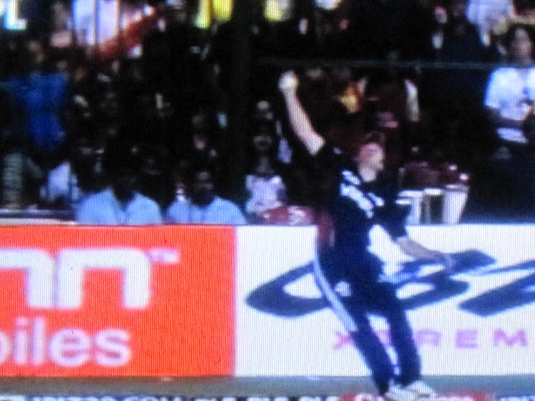 AB de Villiers made it simple with one hand